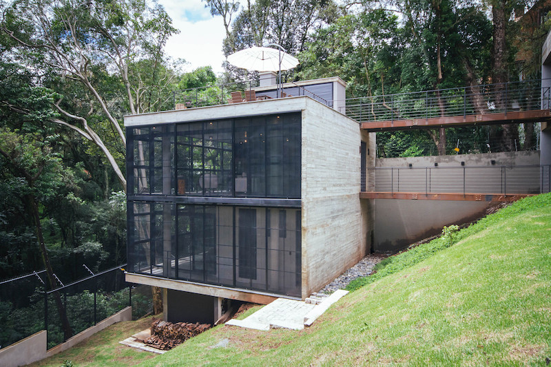 The site is sloped and the two volumes are situated at different heights, each serving a different function