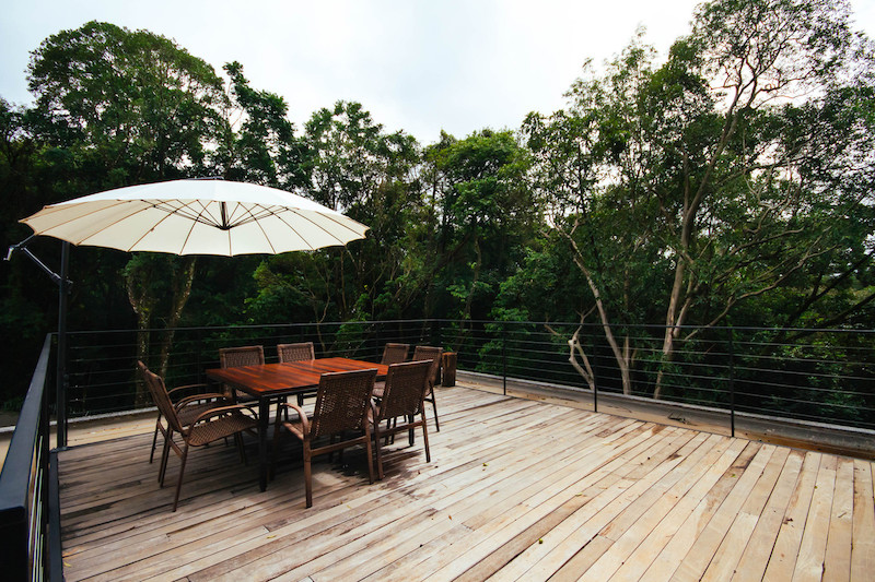 Up here, the tree canopies form a wonderful cover and ensure an intimate and cozy ambiance despite the openness