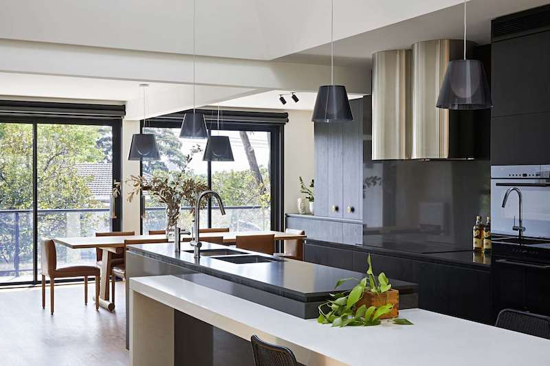 The kitchen, although black, is not at all dark and that's thanks to the large windows that let in sunlight