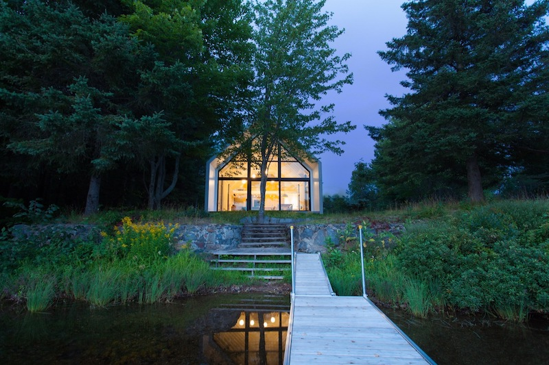 The cottage sits in a small clearing on the shore of a tranquil lake so its immediate surroundings are vey peaceful