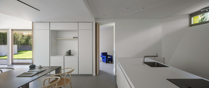 The kitchen only has a narrow window and positions the users with their back on the rest of the living area