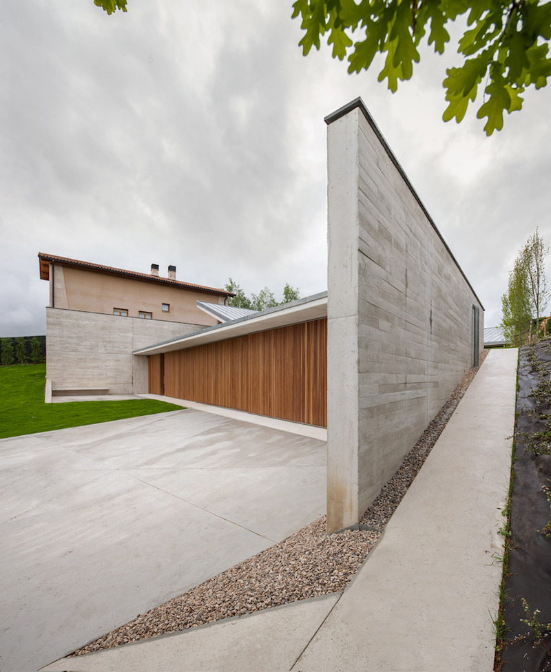 The house also gains a lot of privacy through this large concrete wall which shelters it on two sides