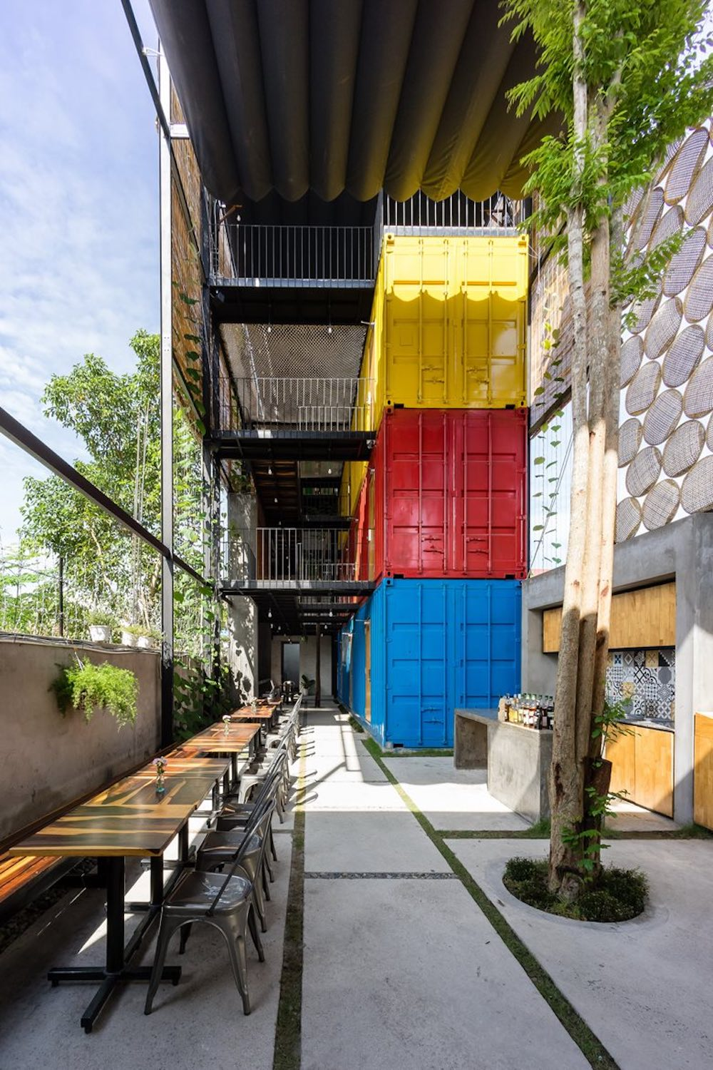 The three colorful containers form the sleeping block and contain the bedrooms