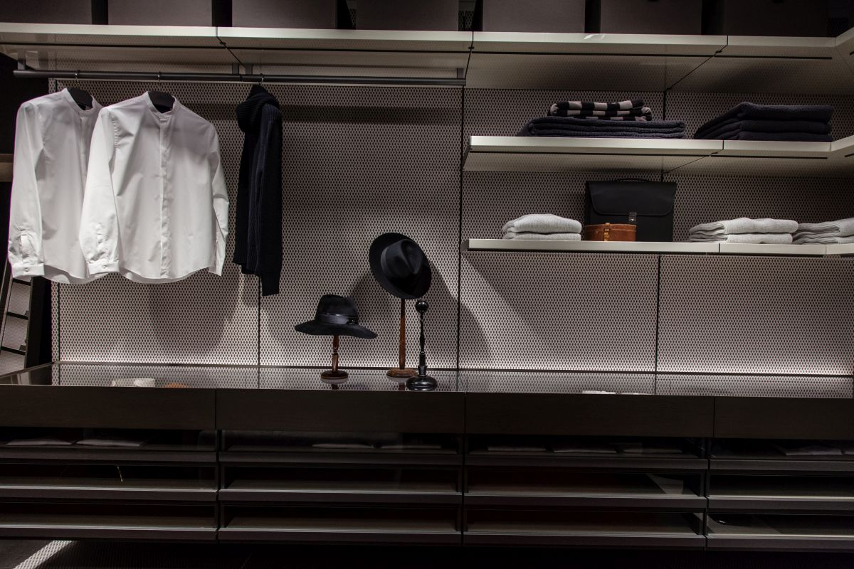 Use open shelves in the dressing room or walk-in closet to organize shirts, accessories and other things