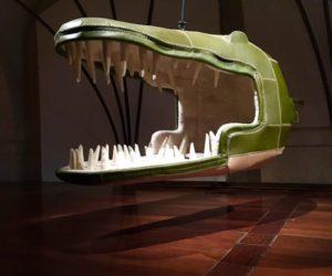 Eugenie Crocodylus trägt Reihen von spitzen Lederzähnen um ihr pelziges Inneres.