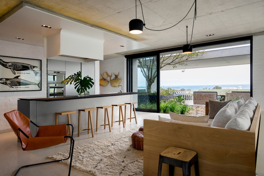 At the heart of the house stand the kitchen and the lounge area which naturally extend onto terraces