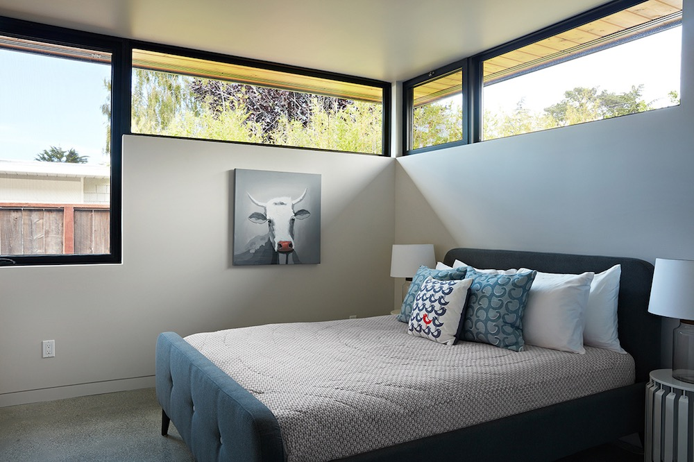 The second bedroom, although small, doesn't lack natural light thanks to the unusual distribution of the windows