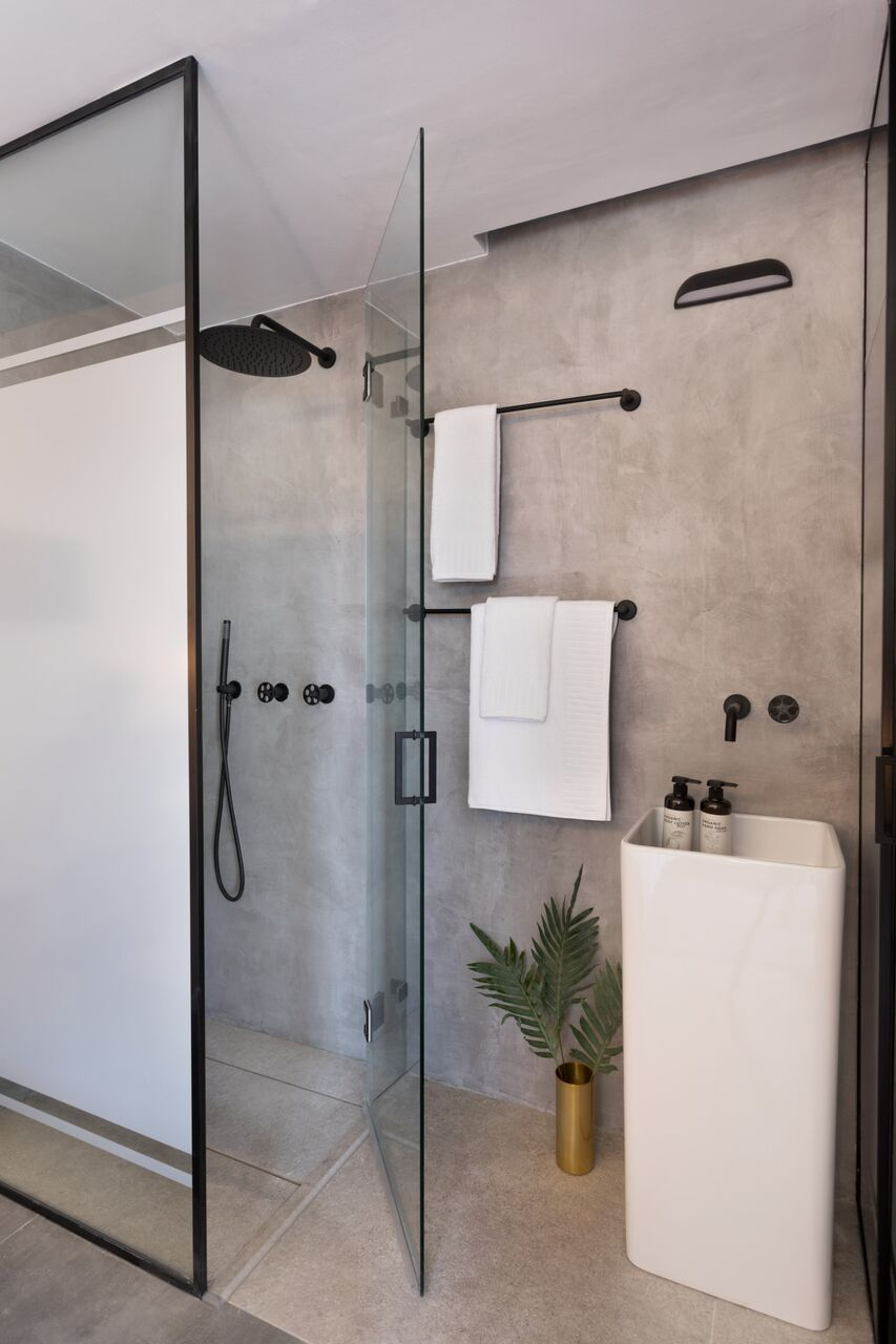 The large shower with an architectural frame is on-trend.