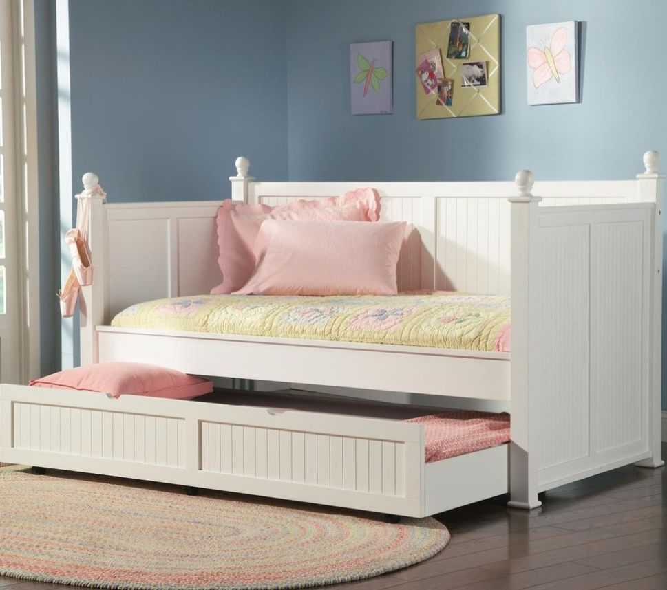 White trundle bed with a classic design