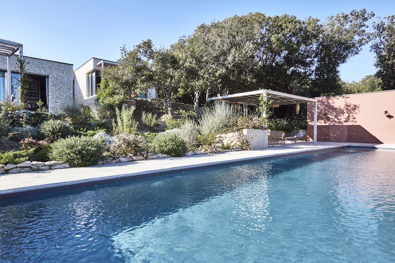 Natural plantings bring the landscape right up to the pool.