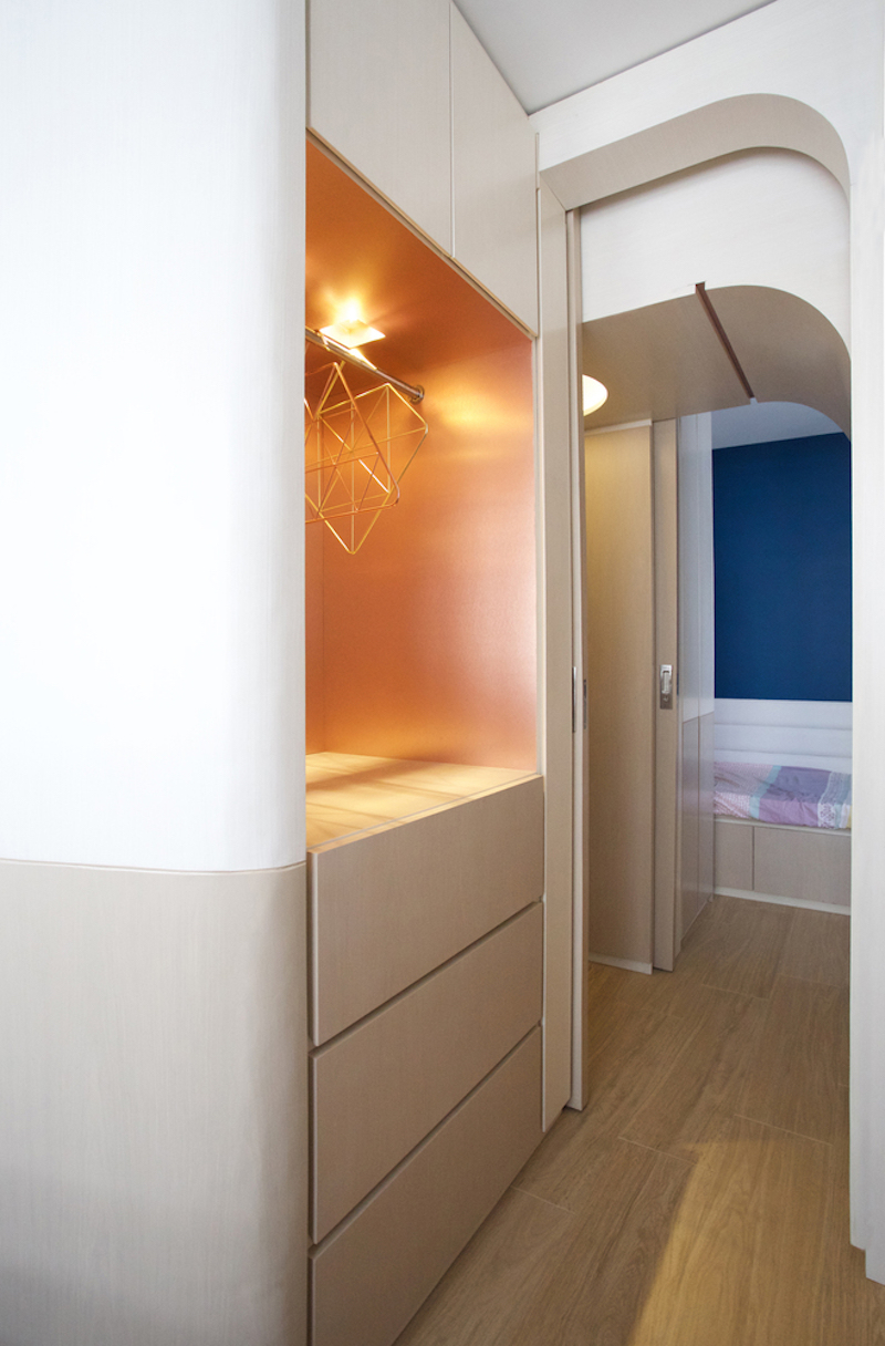 The hallway features bright copper highlights which look really beautiful when complemented by the blue wall