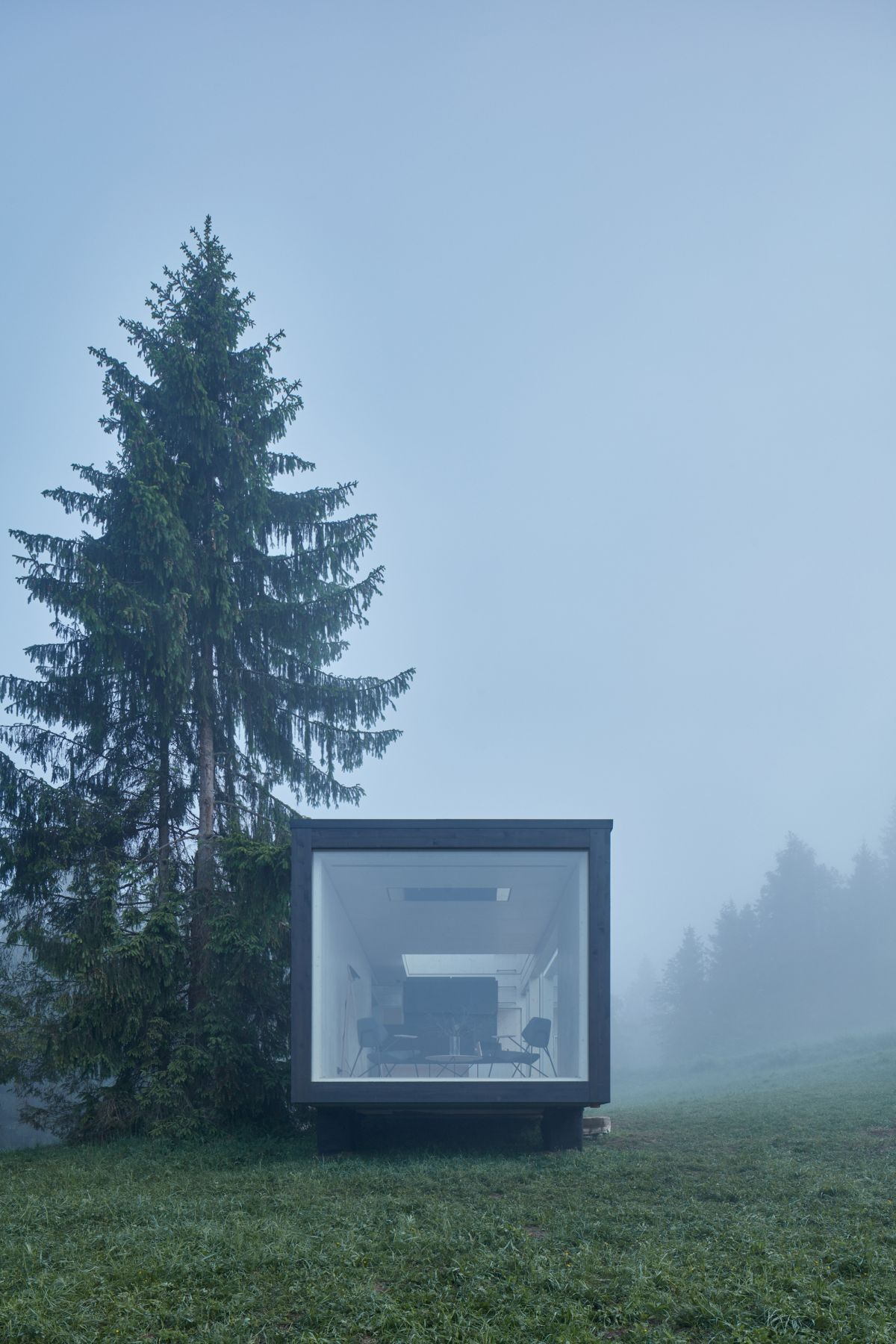 The design of the cabin emphasis the views and the interaction between user and nature