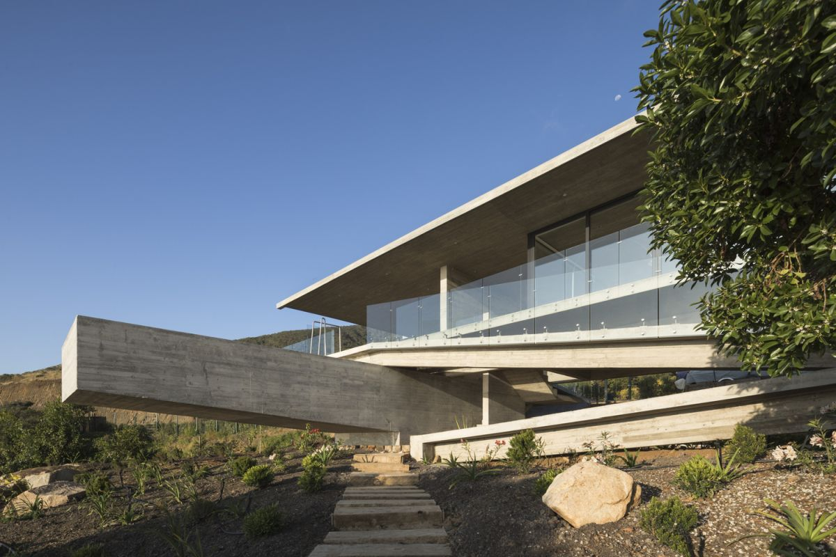 The cantilevered swimming pool is perpendicular to the house and offers panoramic views towards the ocean