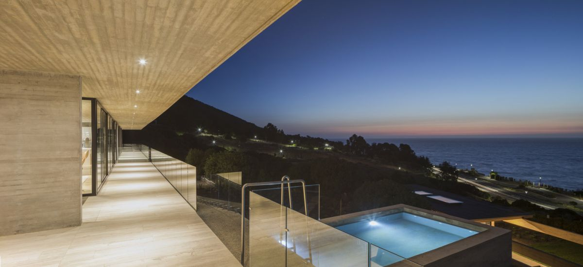 The facade facing the ocean is almost entirely glazed on both levels and this allows the panoramic views to make a part of the decor