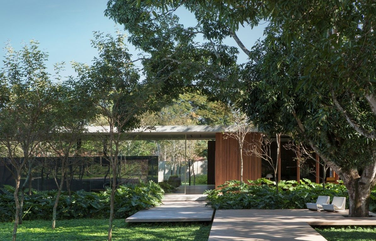 The house was designed in such a way as to ensure a close and harmonious relationship between the living spaces and the garden