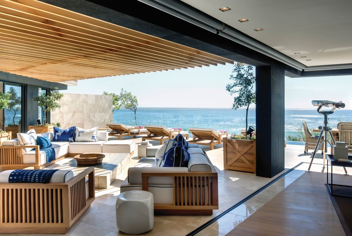 The living area is both indoor and outdoor, being seamlessly connected to the ocean views