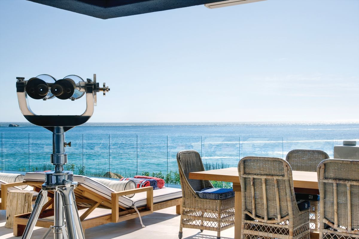 The outdoor terraces have transparent glass railings in order to obstruct the magnificent views as little as possible