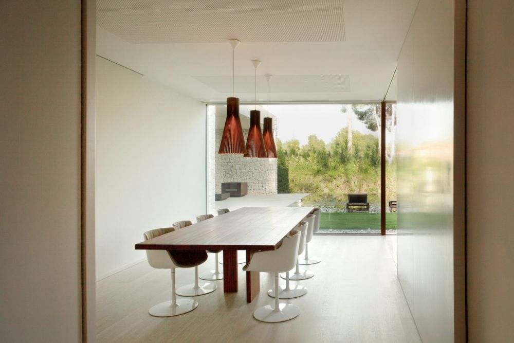 Each of the four wings and respectively the rooms inside feature views of the surroundings and in some cases glazed walls