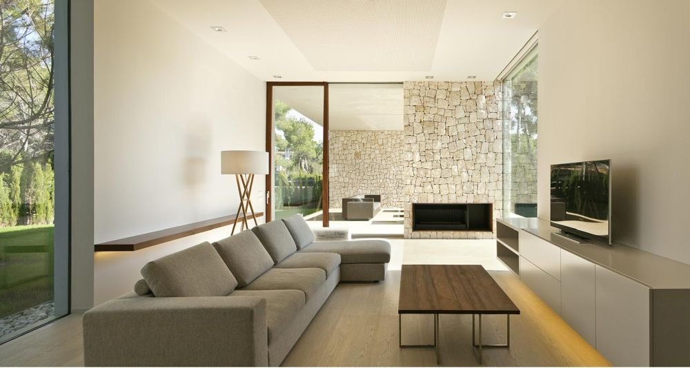 The stone walls are visible from inside the house and contribute to a very welcoming and elegant decor