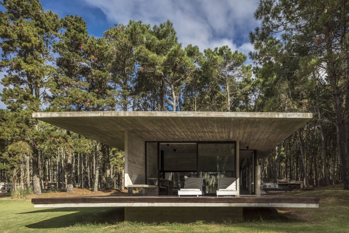 The owners wanted the house to measure no more than 150 square meters across and to be simple and low-maintenance