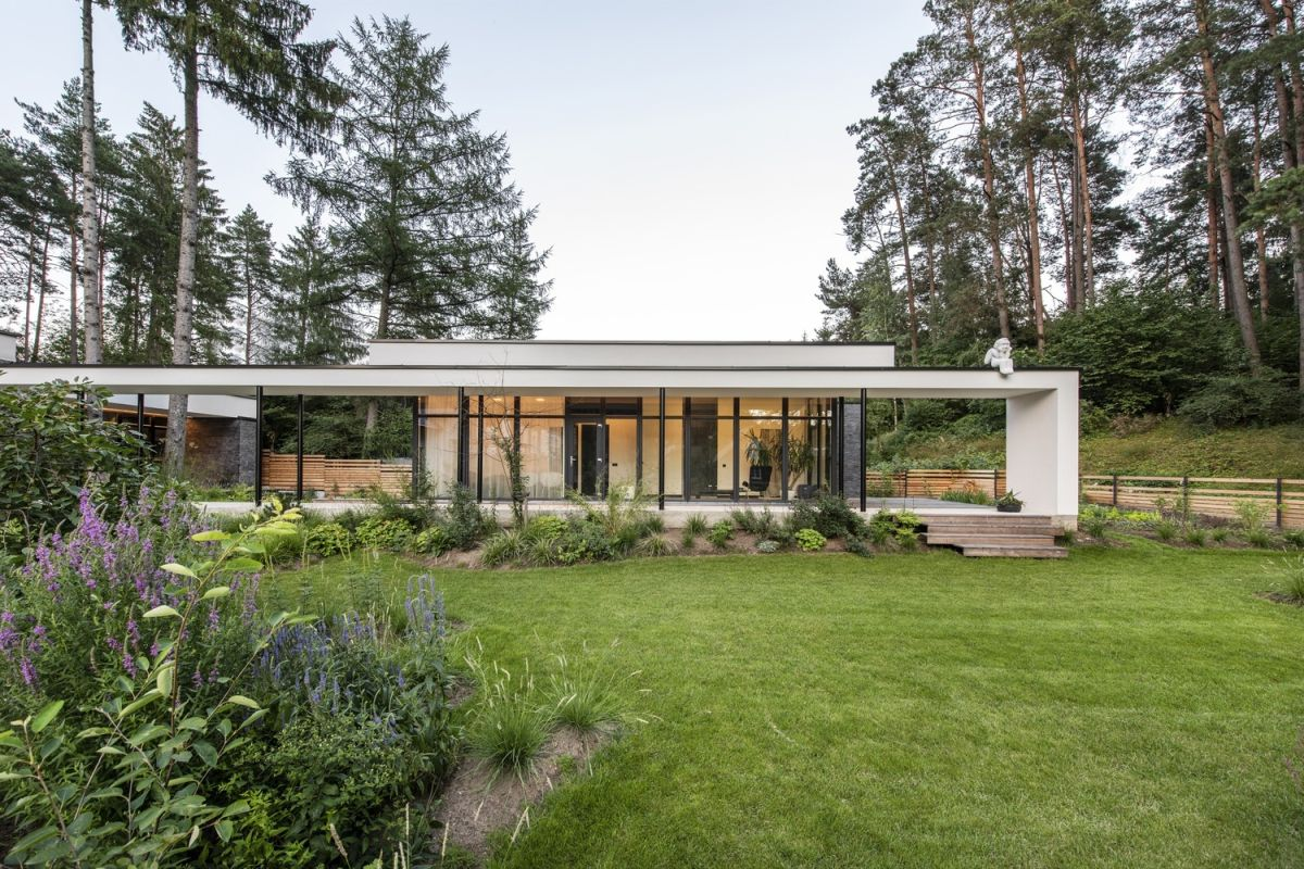Surrounded by nature and pine trees from all sides, the house blends in and dialogues with its surroundings in a very natural way