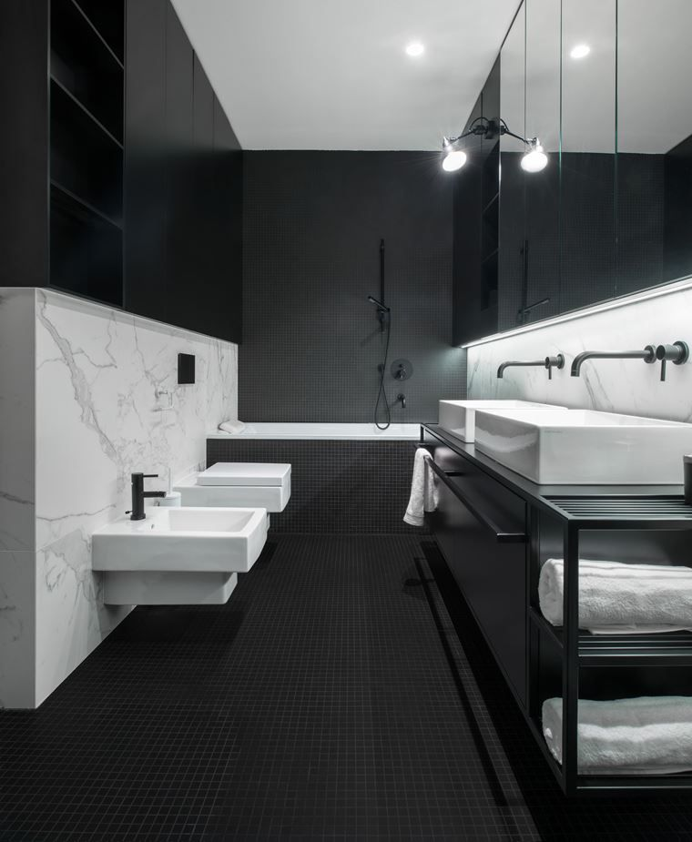 The timeless black and white color combination gives the bathroom a chic and very elegant appearance