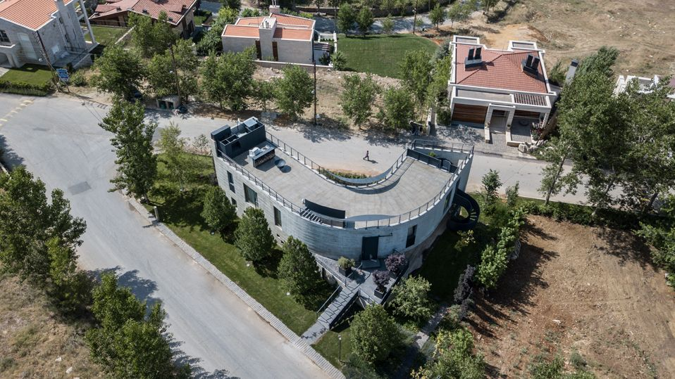 When seen from above, the house reveals its unusual geometry and smooth, curved lines