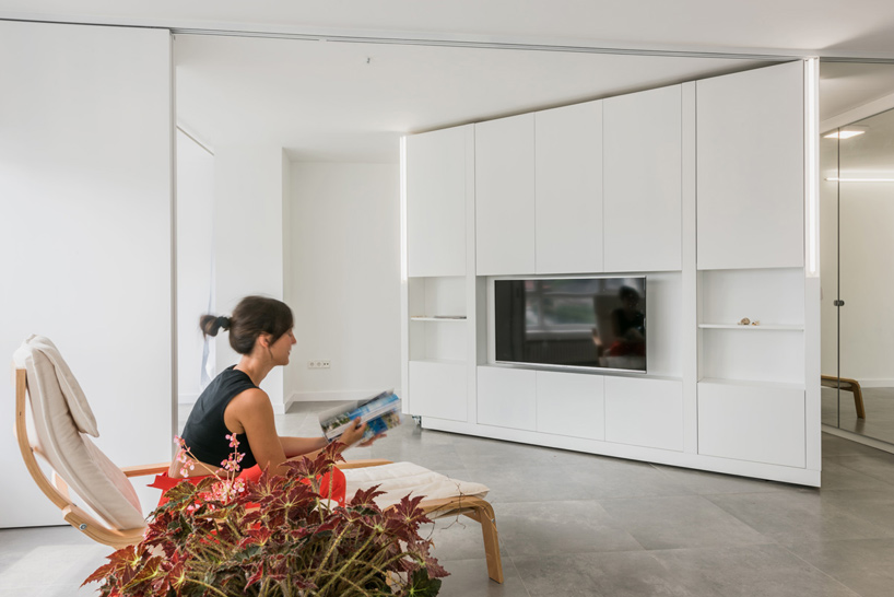Thanks to the moving wall unit at the center of the apartment, the layout is very flexible and adaptable