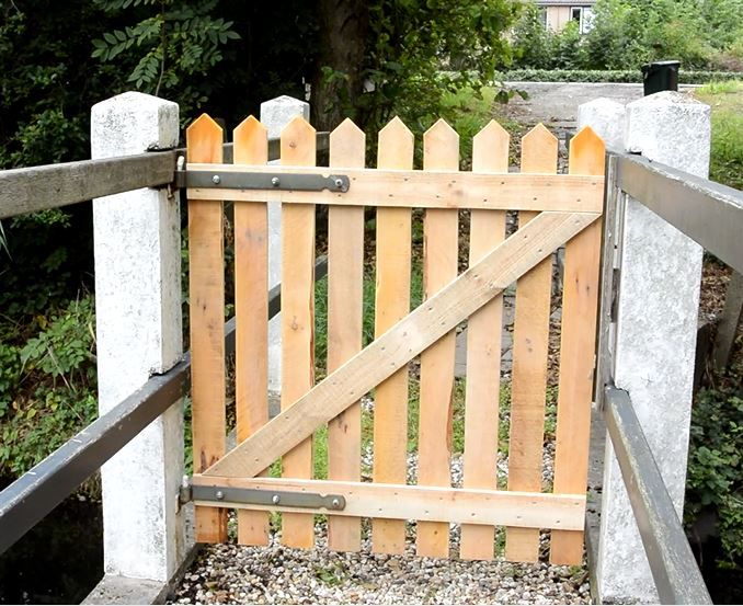 how to build your own pallet fence from scratch. Black Bedroom Furniture Sets. Home Design Ideas