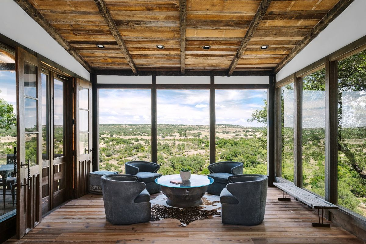 Large glazed surfaces welcome the outdoors in and open the interior spaces to the panoramic views