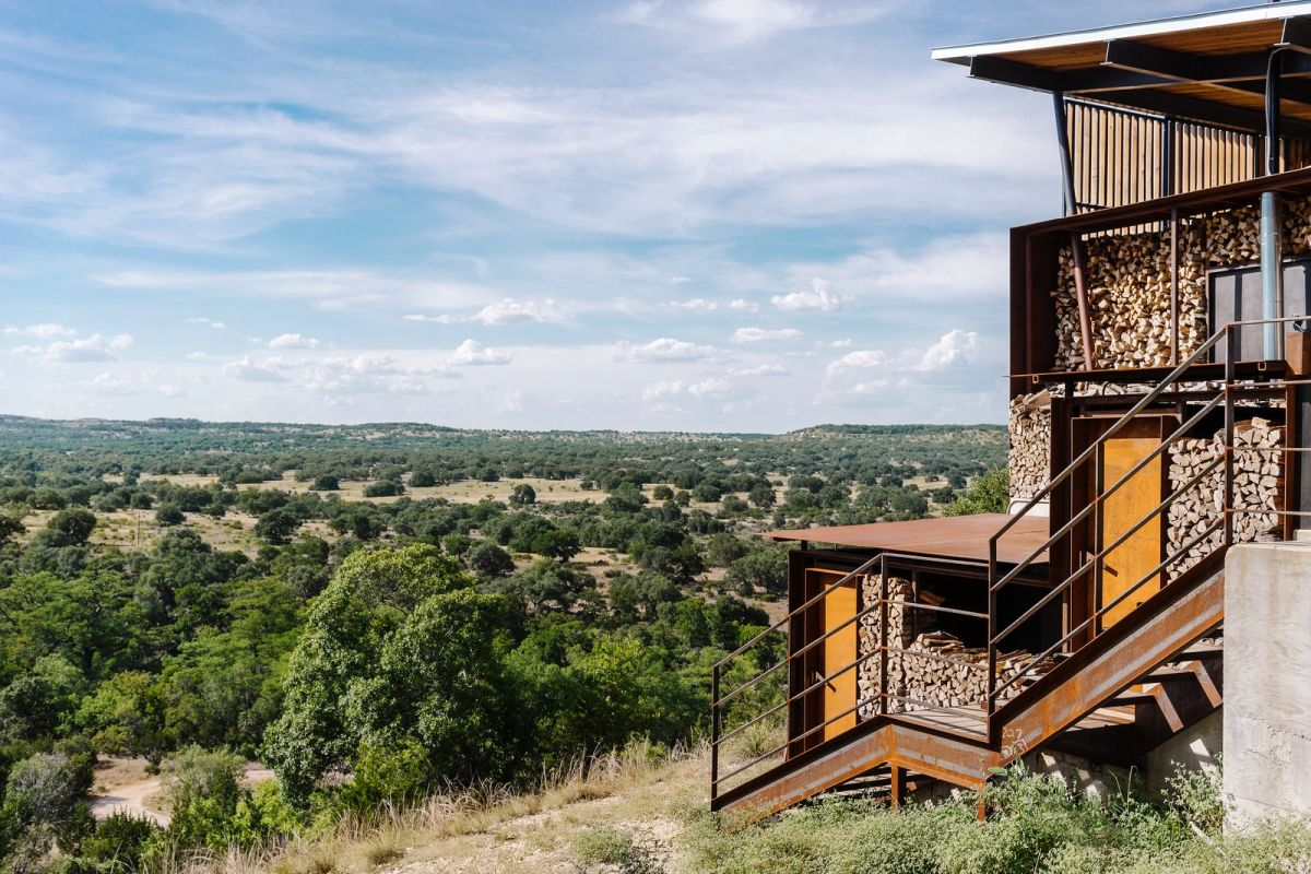 The ranch overlooks the valley and takes advantage of the panoramic views in a subtle manner