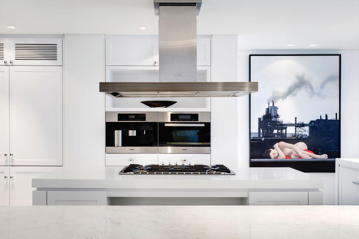 The main color in the kitchen is white, its role being to emphasize the bright and breezy atmosphere
