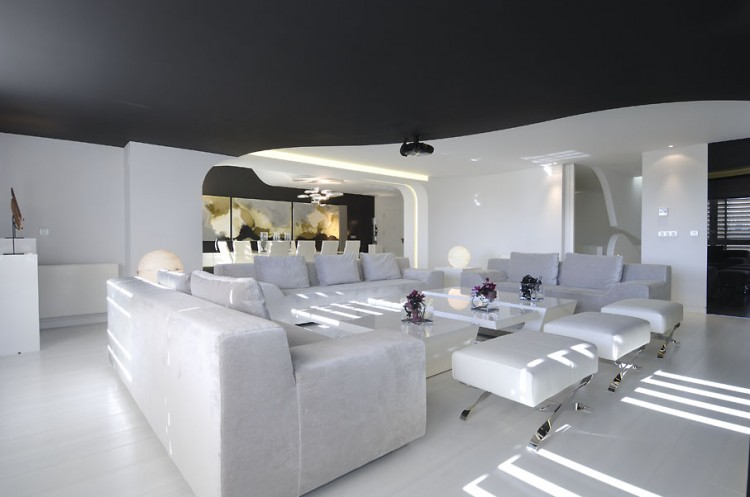 This is a gorgeous living room designed by A-cero using the timeless black and white combination