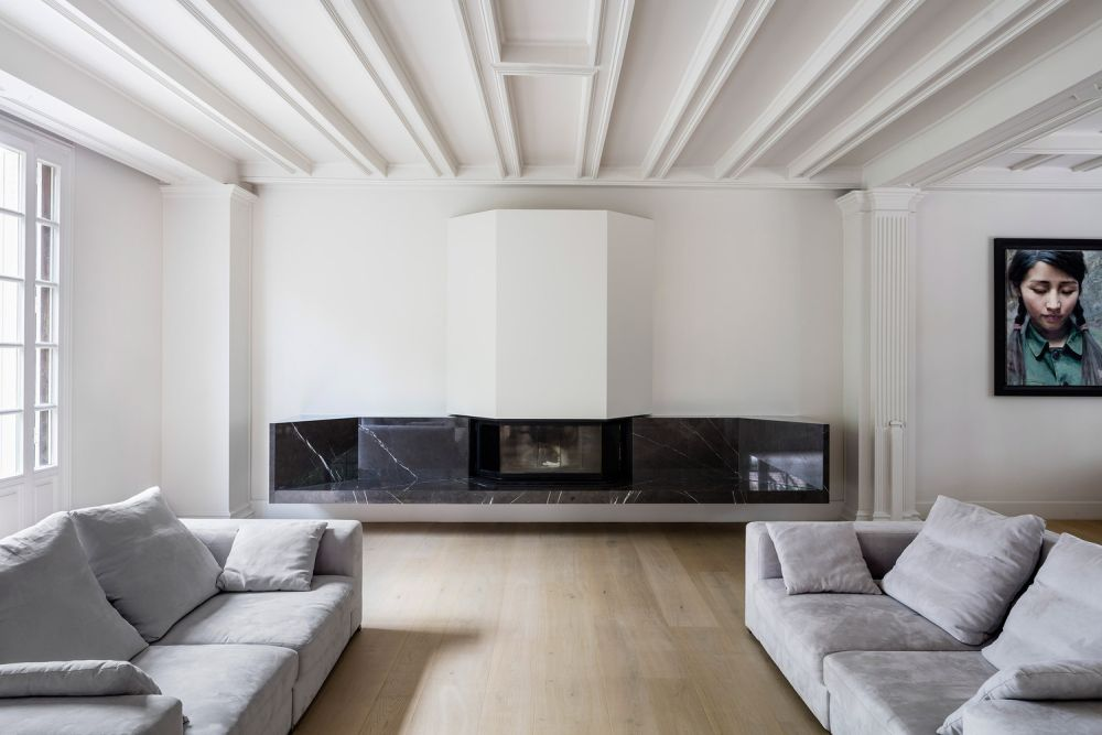 The sofas frame the fireplace, once again emphasizing the symmetry of the layout and decor