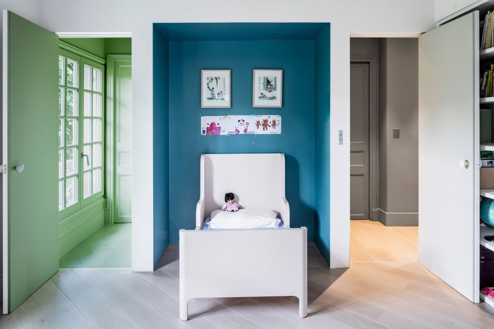 To put an emphasis on these cozy alcove nooks, the designers painted them in eye-catching colors