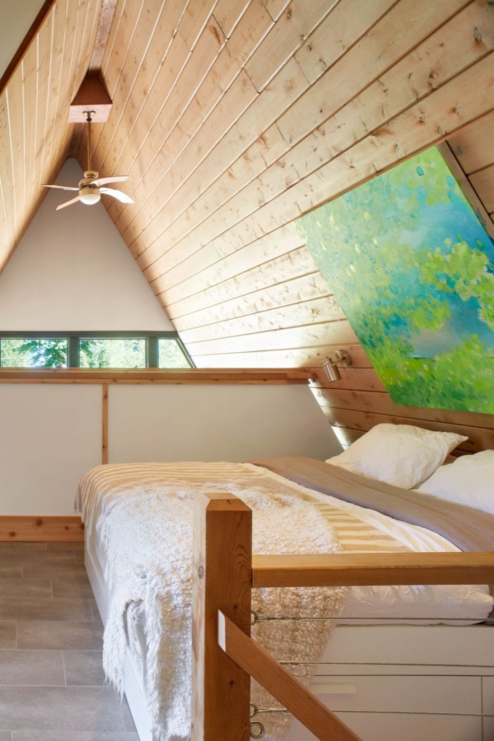 The pitched roof ensures a super cozy ambiance upstairs even though it also reduces the footprint