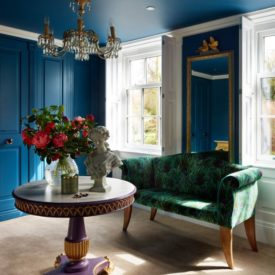 Ceiling and doors in peacok blue color