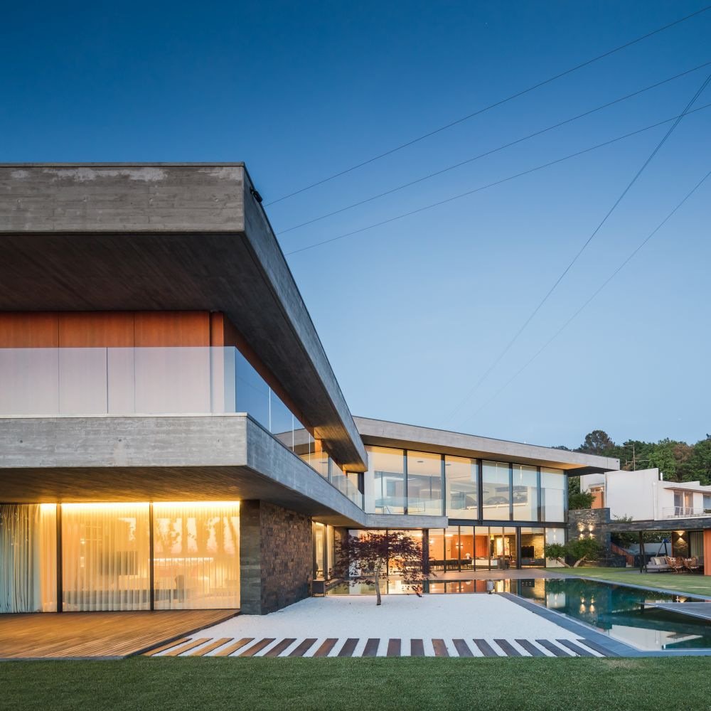 The V-shaped floor plan forms an internal courtyard which incorporates a swimming pool and a poolside deck