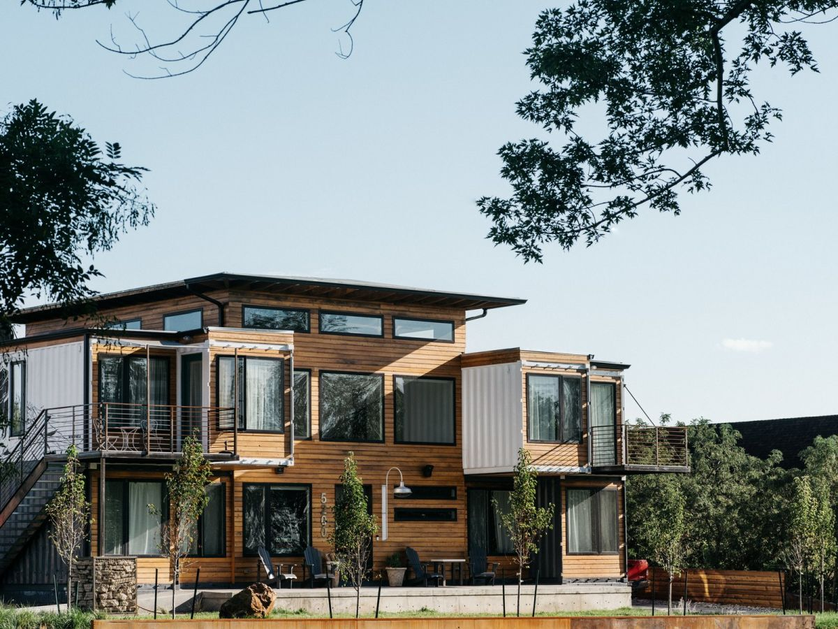 The exterior of the house is a blend of modern, rustic and industrial elements