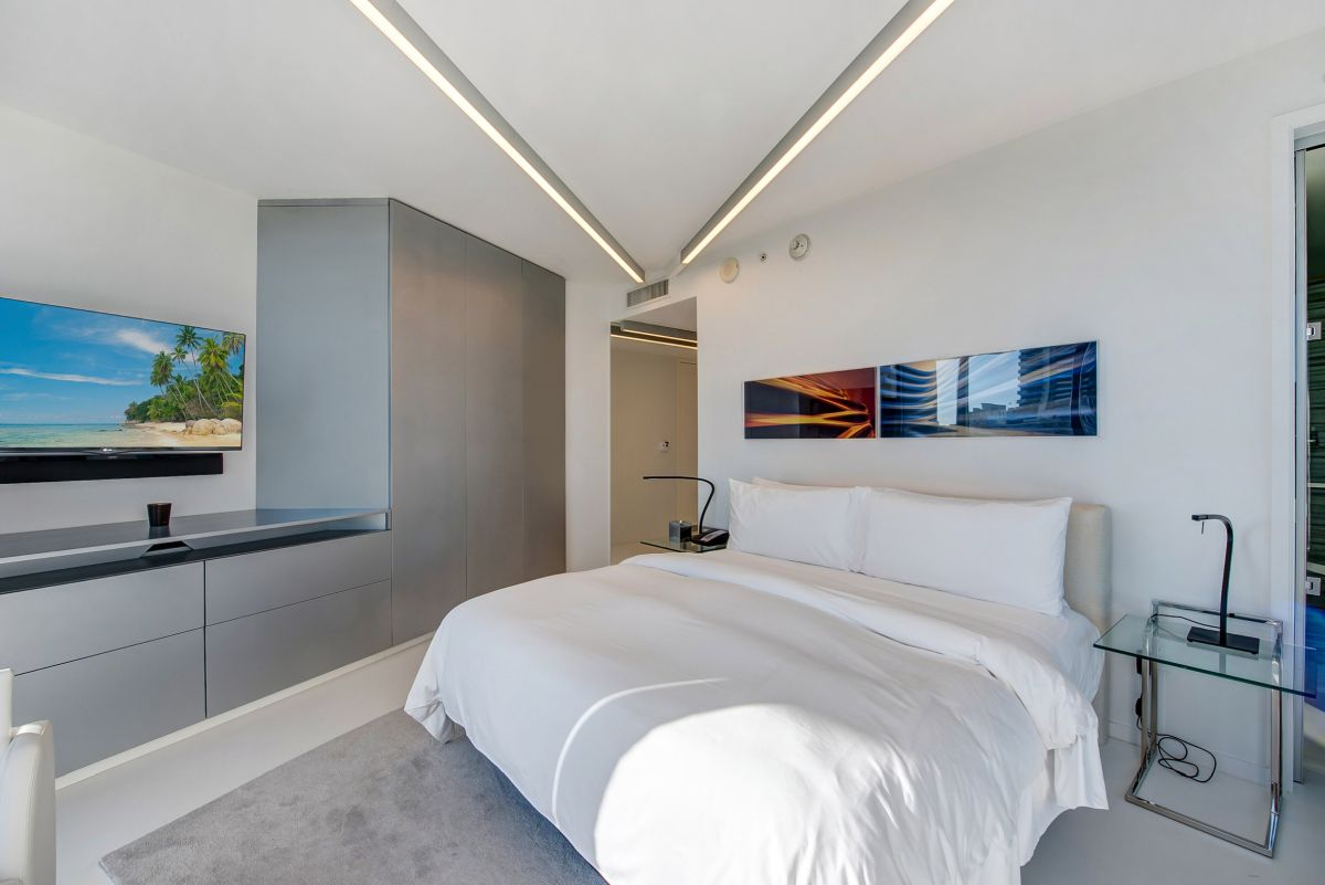 The minimalist, linear ceiling lights featured in some of the bedrooms and the living area create an architectural look throughout