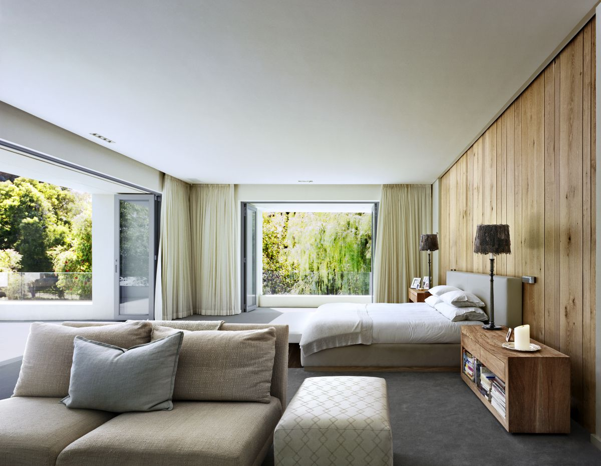 Large windows allow vivid colors, natural light and beautiful views to penetrate the spaces without overwhelming them