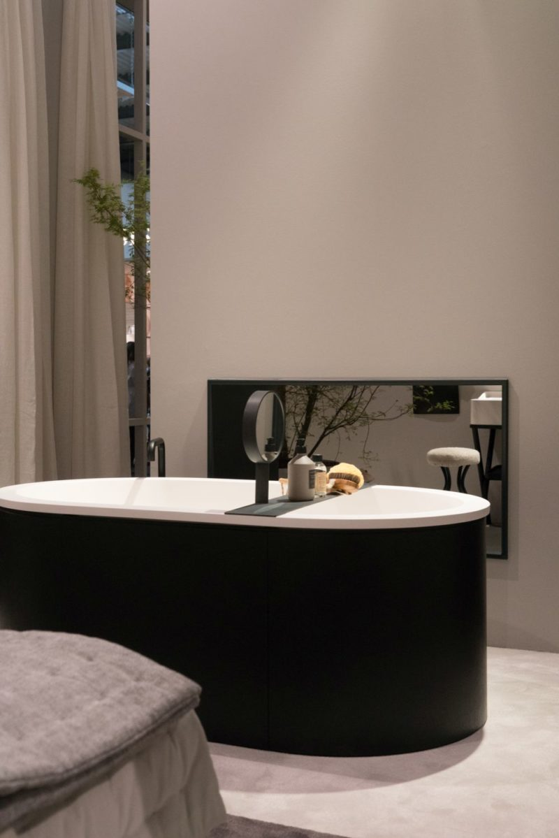 Stylish Bathrooms With Rounded And Curved Bathtubs