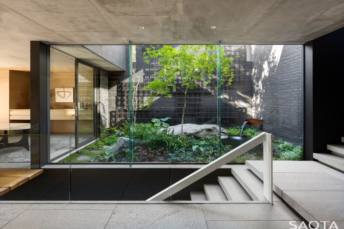 The interior courtyard is fully exposed and can be admired from the areas of the house that frame it