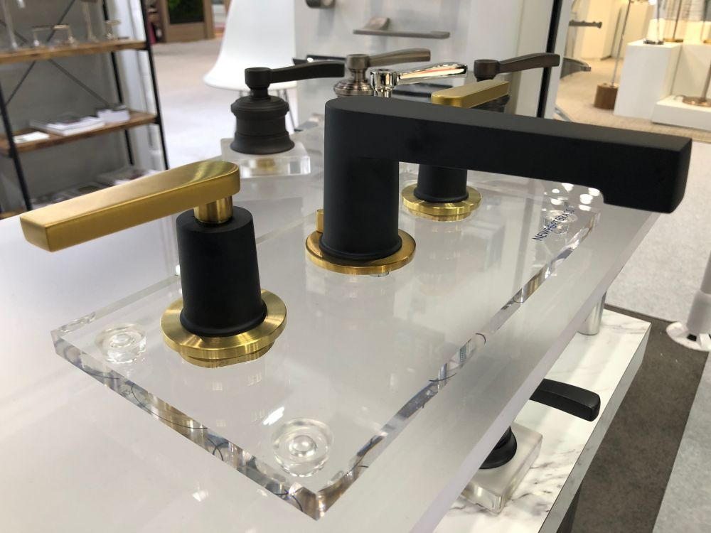 The trend of mixing metals is becoming increasingly popular, as in the Brasstech faucet set.