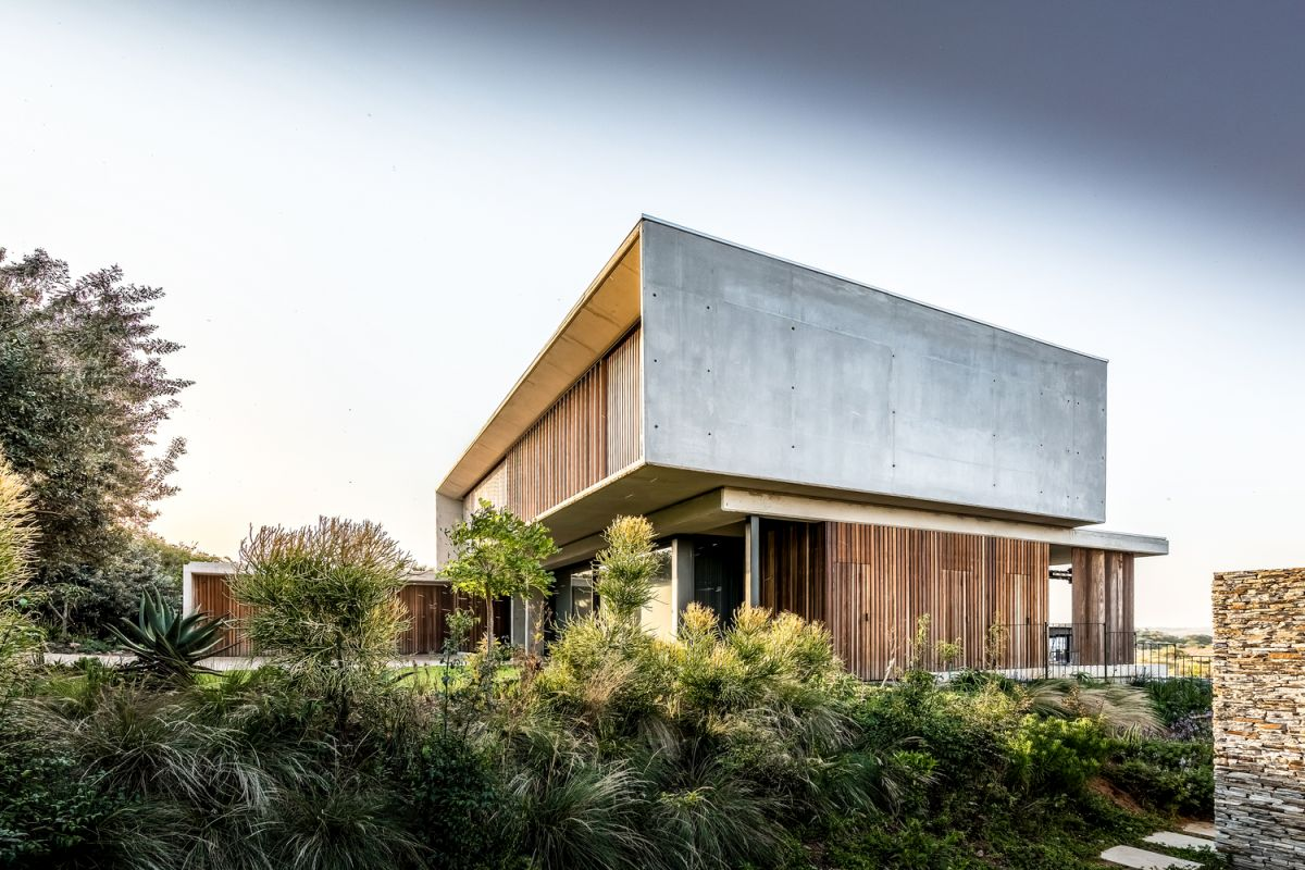 The facades and overall exterior design of the house are simple and focused on raw materials and finishes