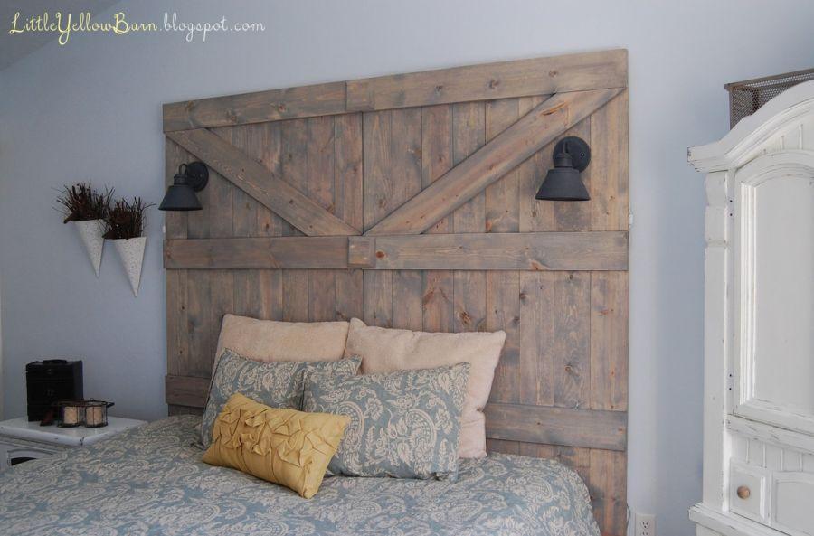 Un cabecero inspirado en una puerta de granero de madera.