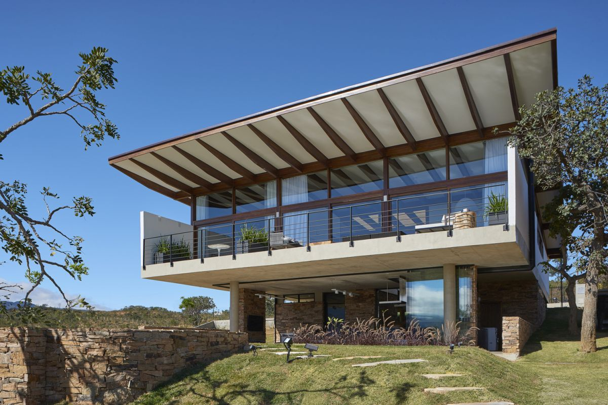 The butterfly roof's overall shape helps to emphasize the panoramic views