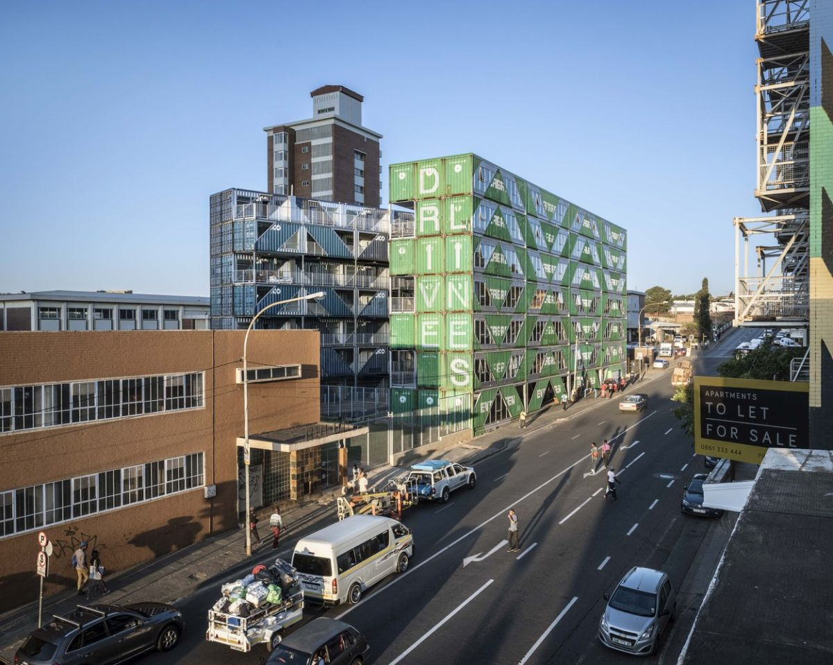 In total the building was built using 140 shipping containers selected in two specific colors: green and blue