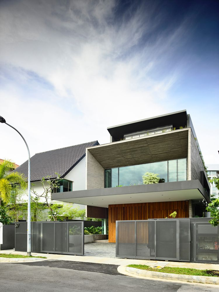 The second floor is 1.5 times larger than the ground floor thanks to the cantilevered areas