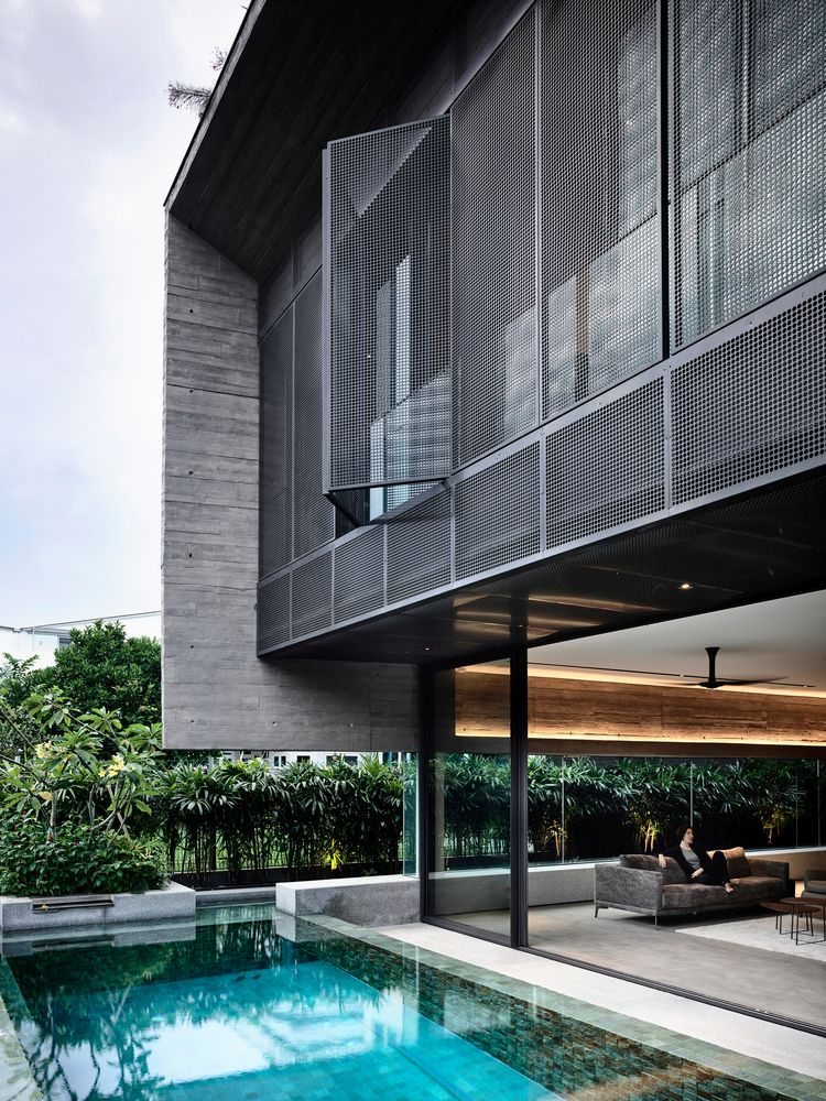 Sliding glass doors, large windows and a perforated facade ensure a strong link between the indoor and outdoor spaces